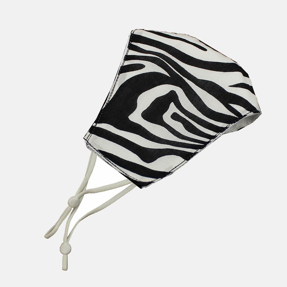 Mascarilla de tela simétrica estampado animal blanco y negro